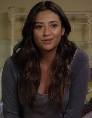Emily's grey shirt on PLL
