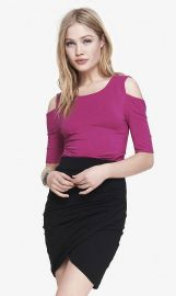 Cold shoulder fitted tee in magenta at Express