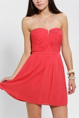 Kimchi Blue Ruched V-Front Strapless Dress in red at Urban Outfitters
